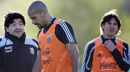 What is Diego saying to Veron there ? And what is Messi thinking ? Answers in the comment please